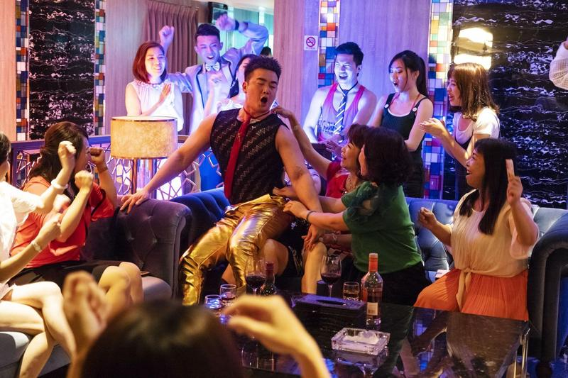 李沛旭在電影中飾演過氣男公關天鳥哥。(好孩子國際娛樂提供)