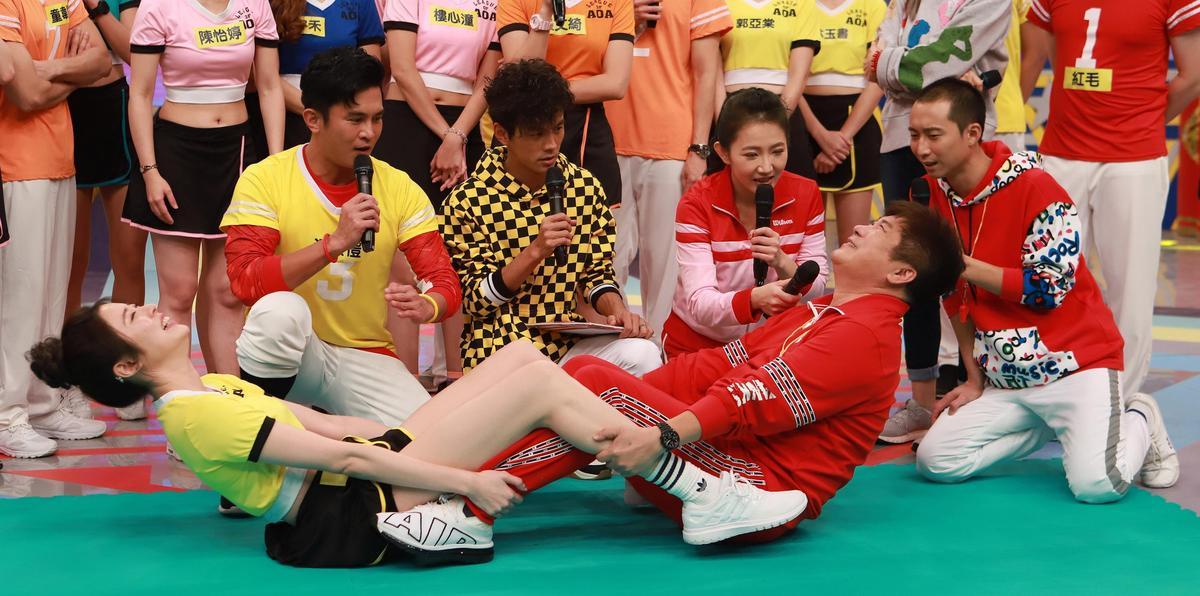 胡瓜與劉璇雙腿交纏雙手拉扯,兩人表情猙獰。(民視提供)