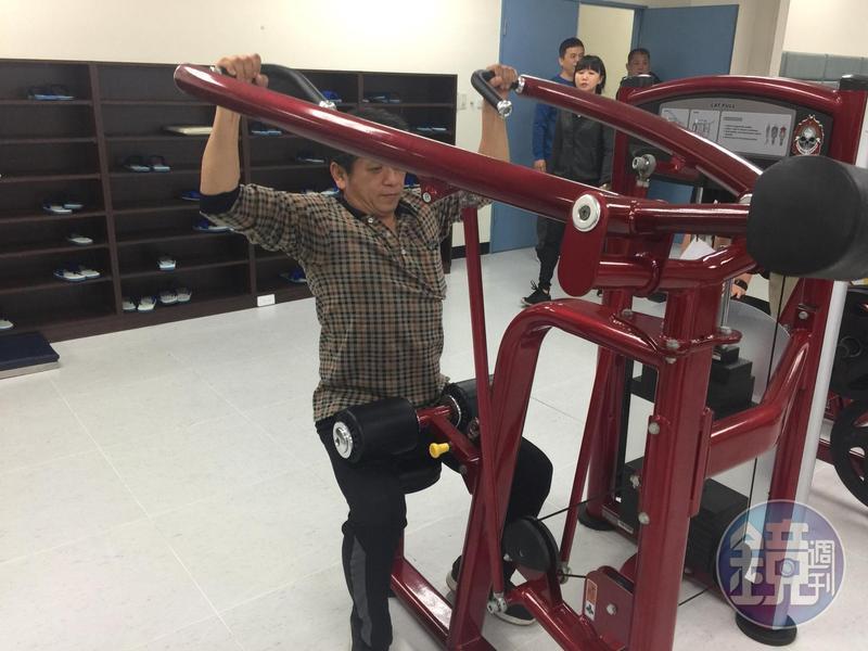 林口分局官警下班後到體技場自主訓練,利用健身器材加強肌耐力。