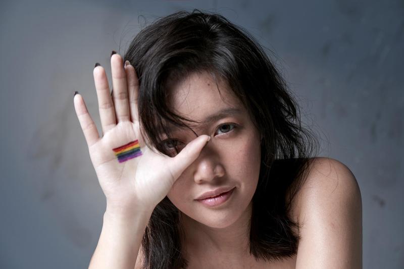 A-Lin拍〈雨後彩虹〉單曲封面時,突發奇想以裸妝上陣,用另一種角度來詮釋「彩虹」的意義。(索尼提供)