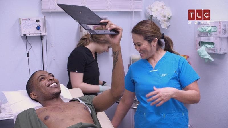 皮膚外科醫師珊卓拉李(右)以對付各種痘痘聞名,擠出形形色色的痘痘影片,讓她在YouTube上走紅。(TLC旅遊生活頻道提供)