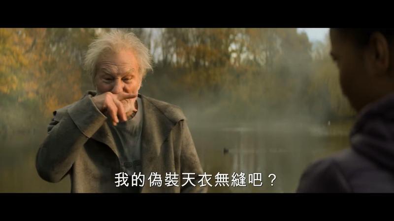 「X教授」派屈克史都華扮演新版梅林,沒有了巫師袍,還能瞬間變成小鮮肉。(翻攝自預告)