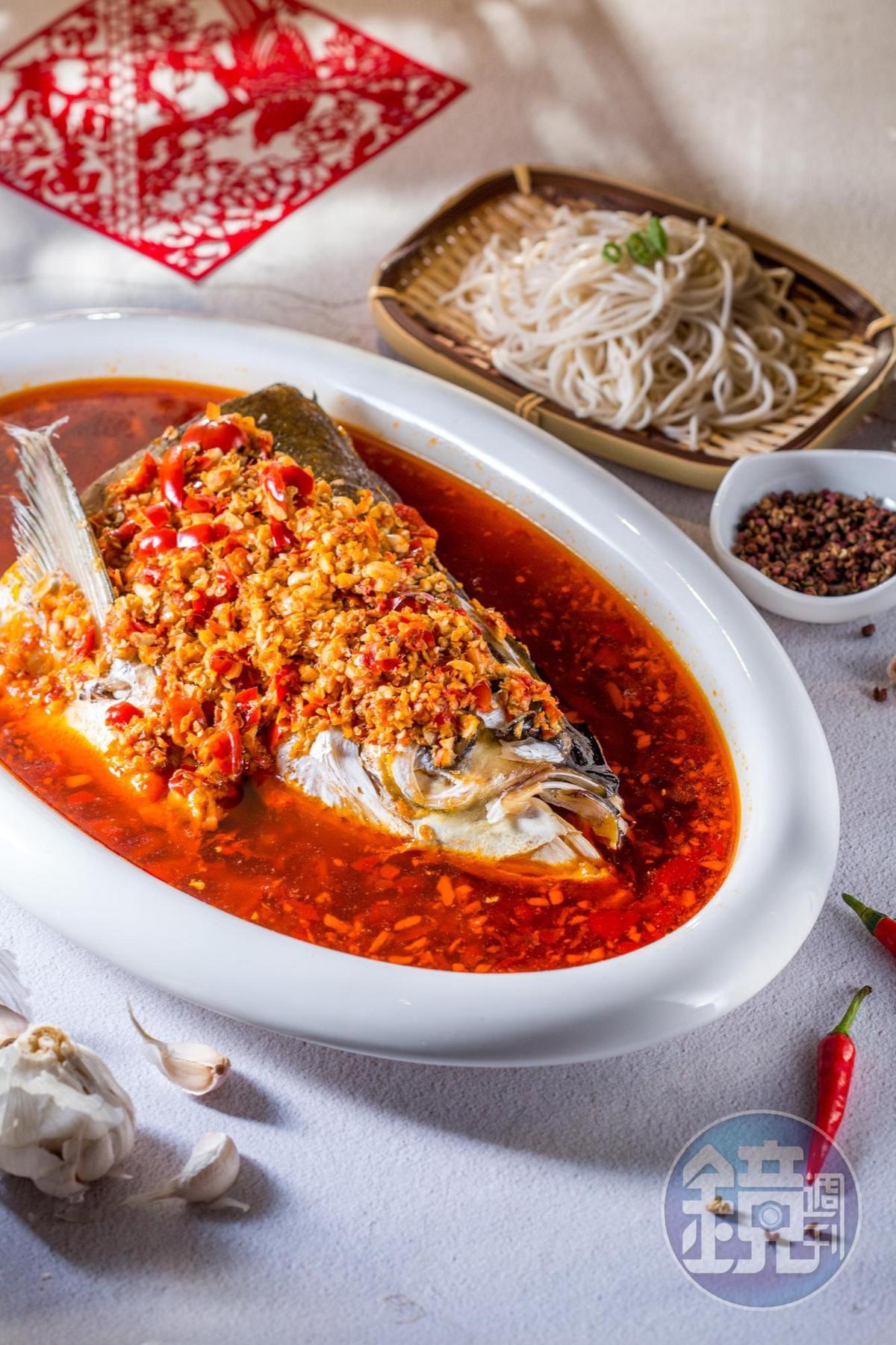 「湘味剁椒鰱魚頭」嘗來辣氣溫和,麻味徐徐蔓延,自然發酵的酸香味,增添味覺層次。(1,688元/份)