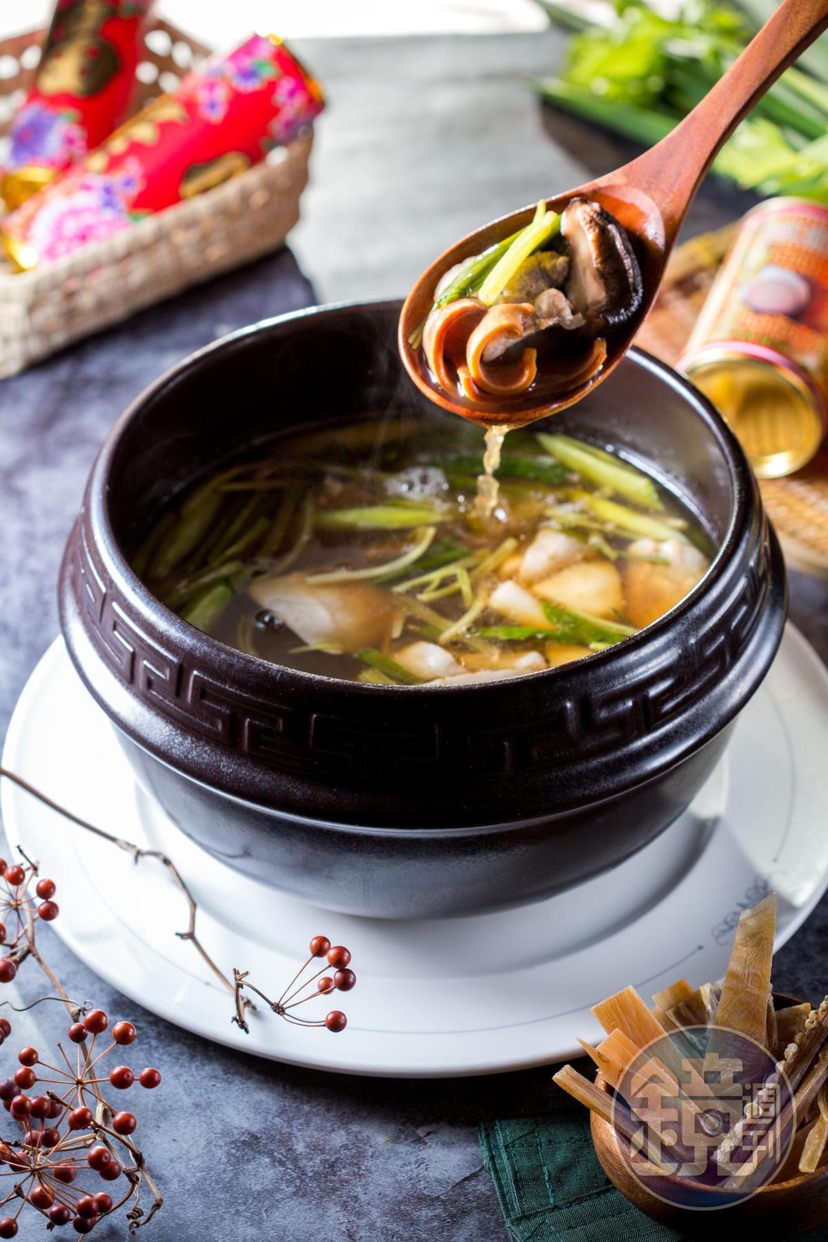「魷魚螺肉蒜香鍋」湯頭鹹鮮甘美,可當解酒湯。(1,580元/份)