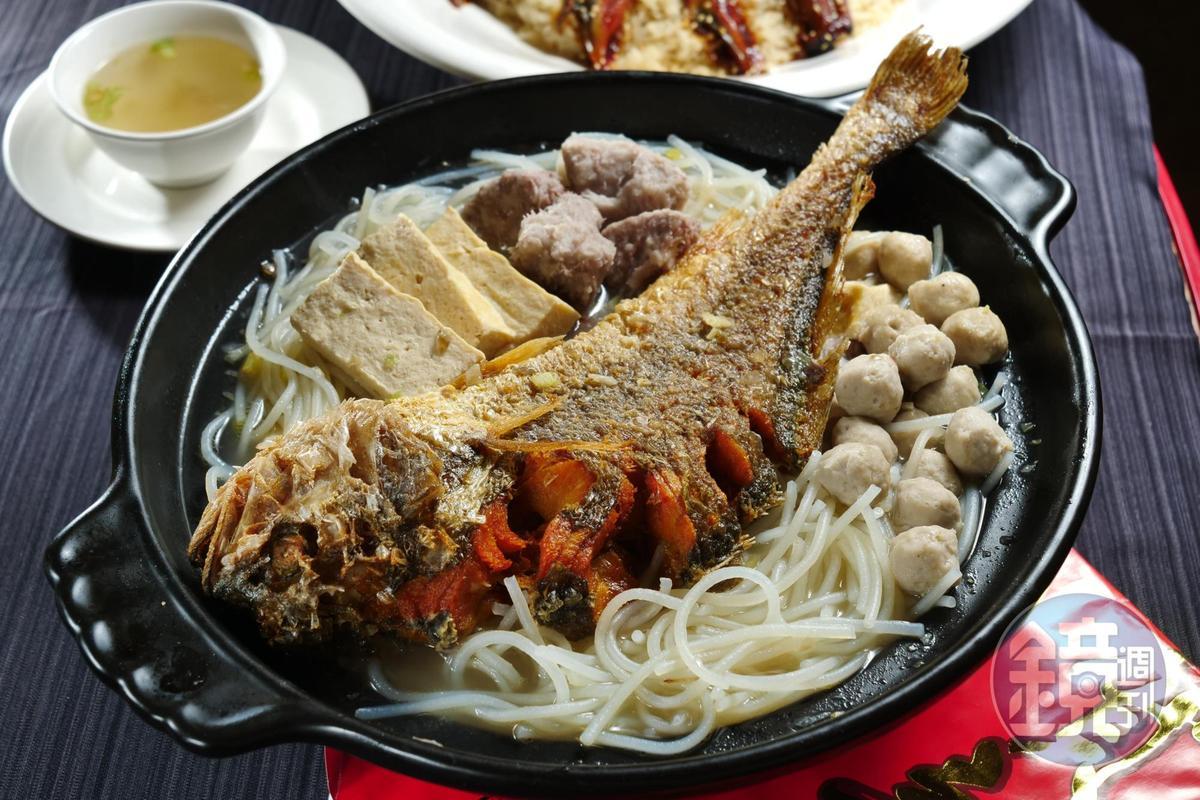「招牌黃魚粉鍋」豪邁擺進整尾酥炸黃魚,粗米粉吸飽所有食材精華,讓人忍不住多盛幾碗。(650元/份)