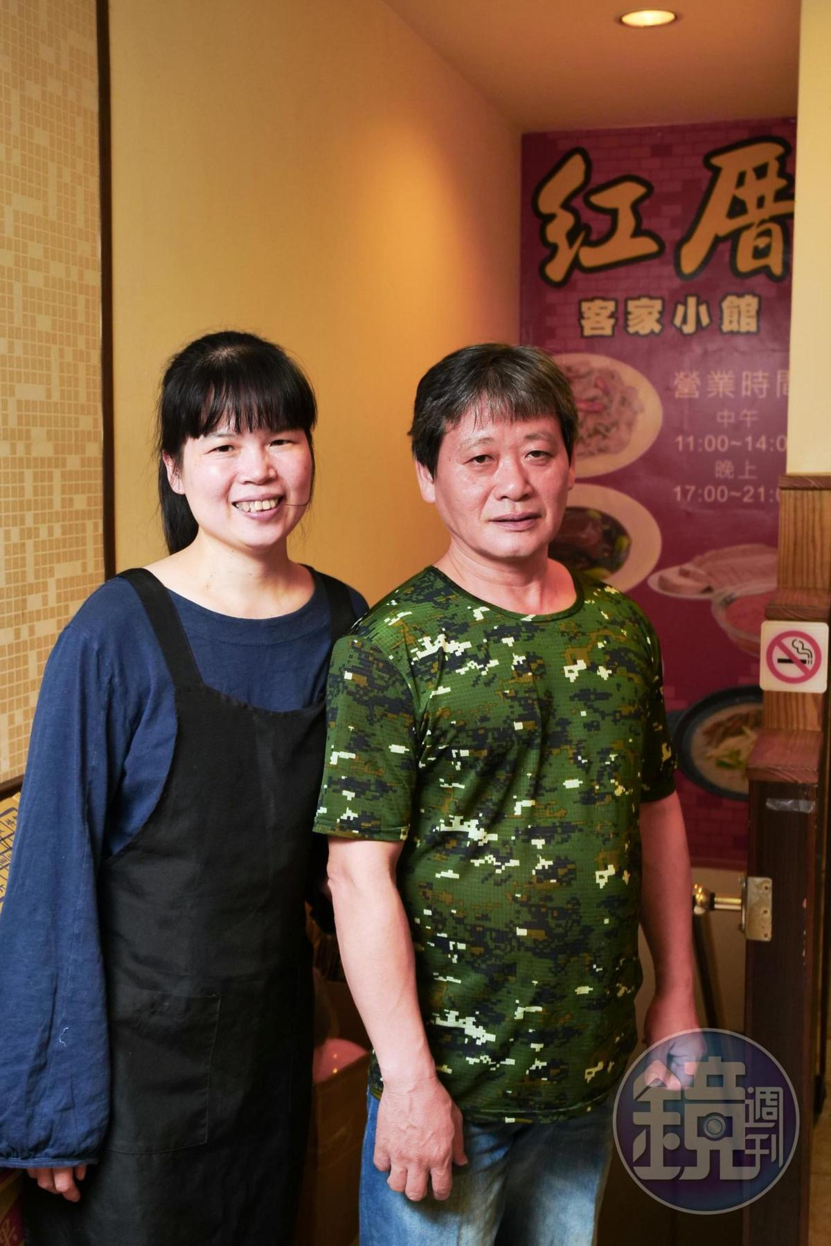 老闆蕭本源(右)和老闆娘陳雲(左),因為愛吃客家菜,而開起小館子。
