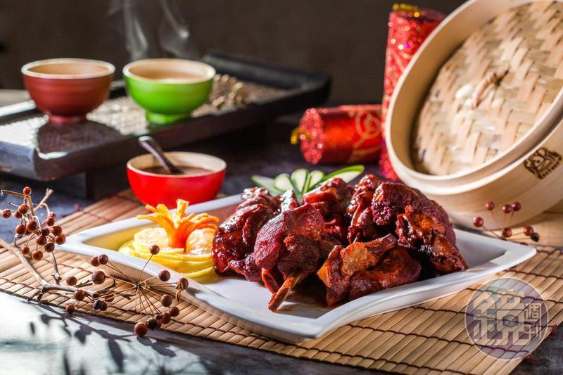 以供應國際航線班機餐點為主的「復興空廚」,連續多年推出簡易加熱就能華麗上桌的宅配年菜套餐,價格划算、口味頗佳。