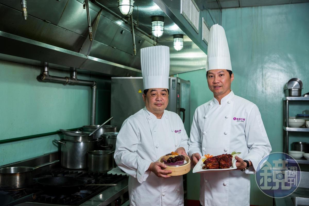 年菜由5星級飯店資歷的中餐主廚梁國德(右)和糕點主廚盧啟榮(左)研發。