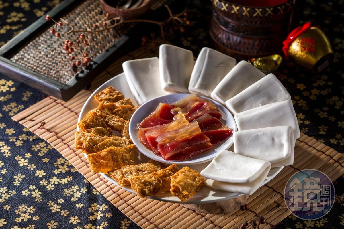 「蜜汁雙方」可用鬆軟麵皮,夾著蜜汁火腿和酥炸腐皮,滋味甜鹹酥脆。