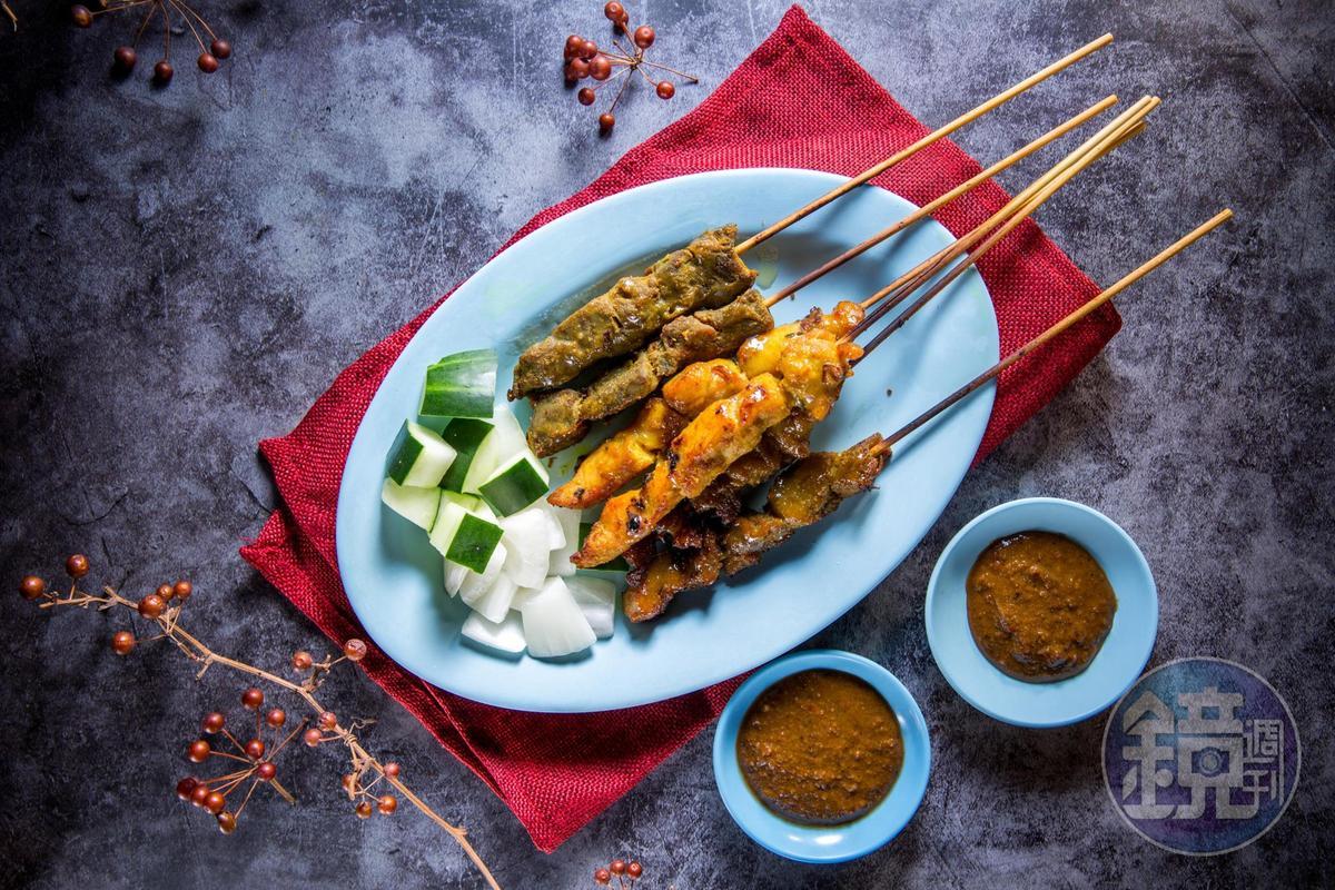 「炙燒沙嗲串」有牛肉、豬肉和雞肉,蘸著用咖哩粉、沙茶、花生粉調成的醬很夠味。(600元/每份12串)