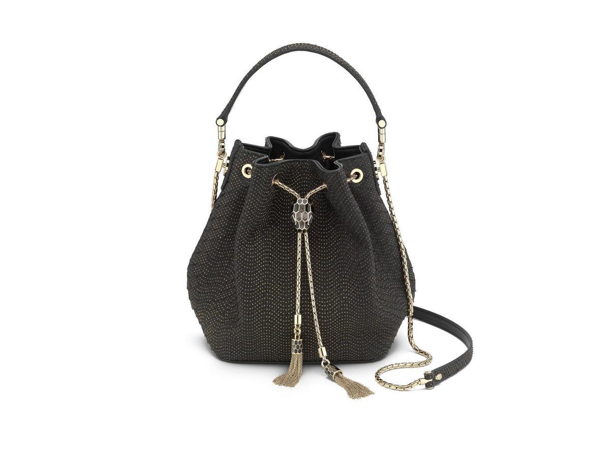 BVLGARI Serpenti Forever黑金色蟒蛇皮水桶包。NT$159,500元(品牌提供)
