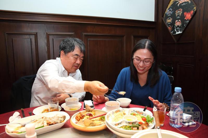 許順富與妻子感情很好,每道菜上桌他都會貼心先幫太太放進碗裡。