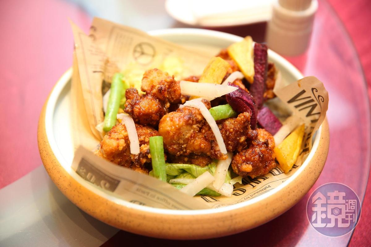 花雕炸雞外皮酥脆、肉質軟嫩,咬下還有滿滿肉汁。