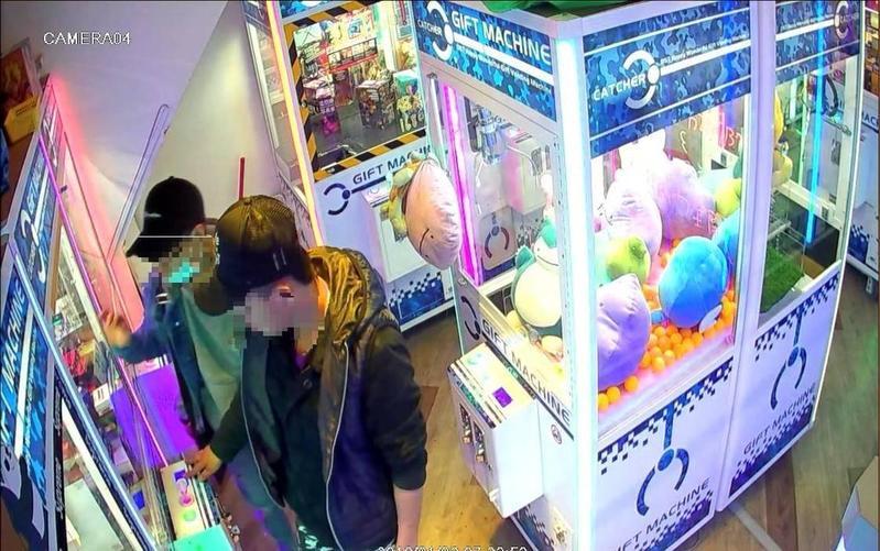 因聽聞娃娃機內的藍芽喇叭商品可以換現金,竊賊(右)偷取鑰匙後再次重返現場偷商品。(警方提供)