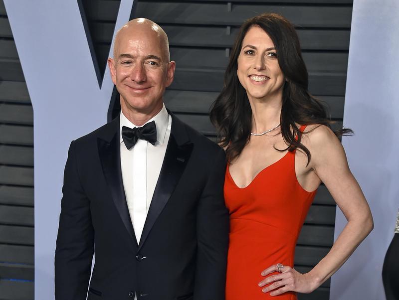 貝佐斯(左)稍早於推特正式宣布,他與妻子麥肯琪(右)結束25年婚姻關係。(東方IC)
