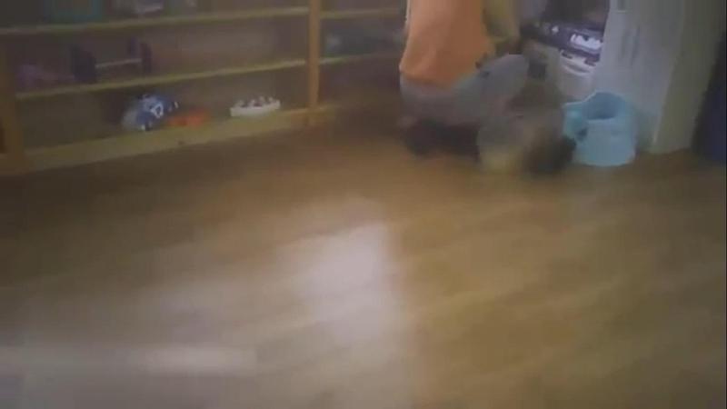 托嬰中心遭爆虐童,多名托育人員拿木杓狠打孩童。(翻攝畫面)