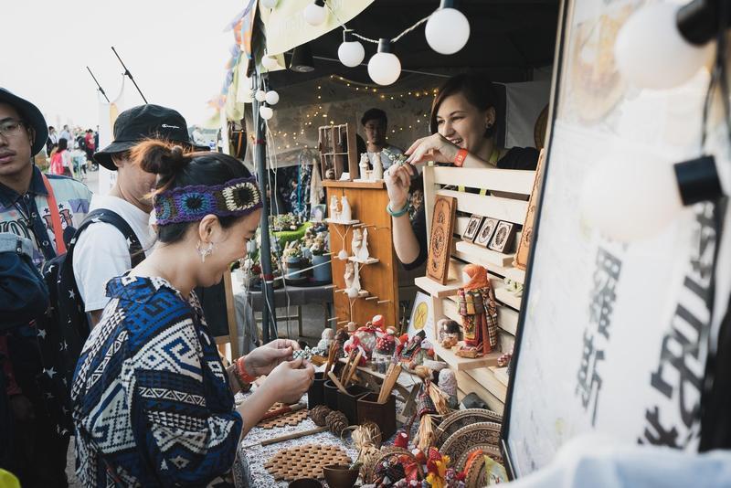 「世界音樂節@台灣」園區內招集上百家攤位,「創意市集」有來自各國的手作商品,讓民眾邊聽音樂也能邊享受購物樂趣。(風潮提供)