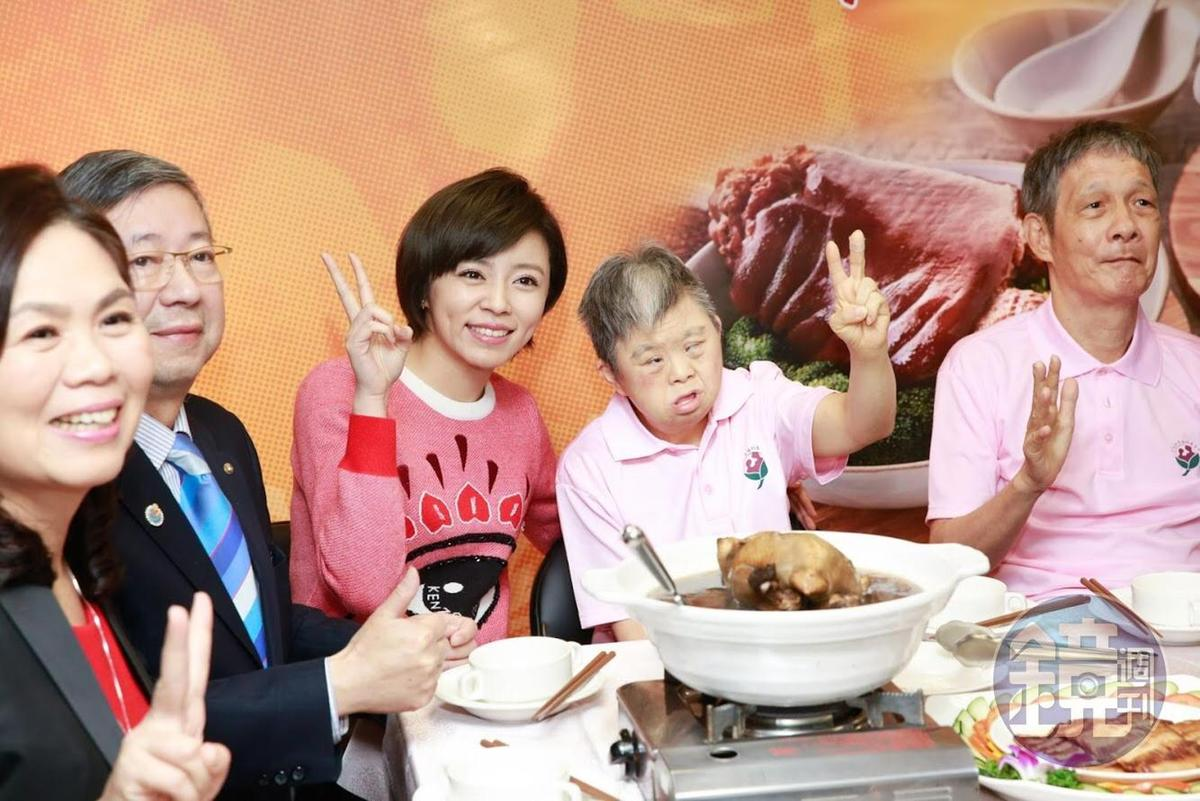 王瞳陪憨兒一起享用年菜。