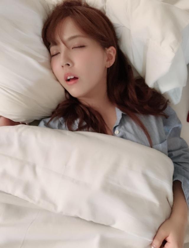 三上悠亞睡覺時被經紀人拍下照片。(翻攝三上悠亞推特)