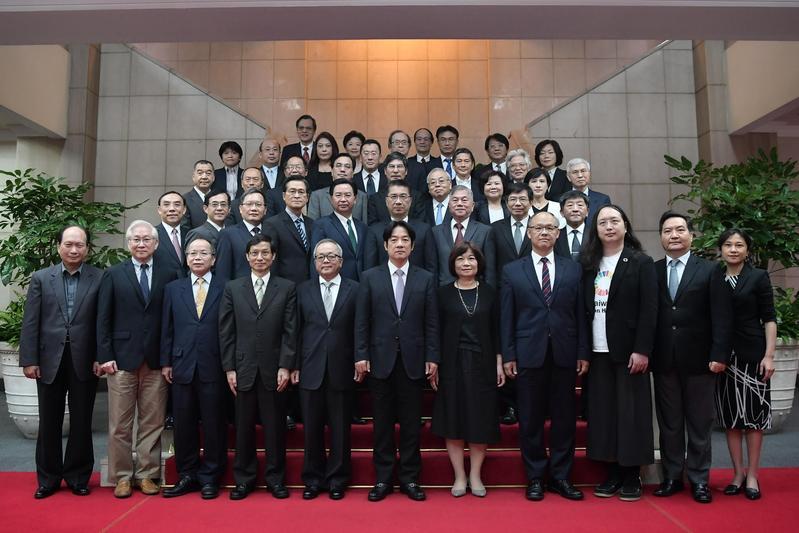 賴清德今(11日)早率領內閣總辭,還與閣員們拍畢業照。(行政院提供)