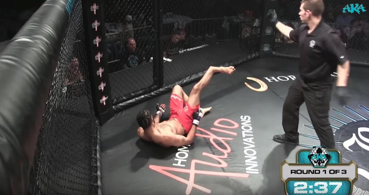 喬納森金小腿骨竟「啪」一聲的折斷,讓他重心不穩當場跌在地上。(翻攝自YouTube)