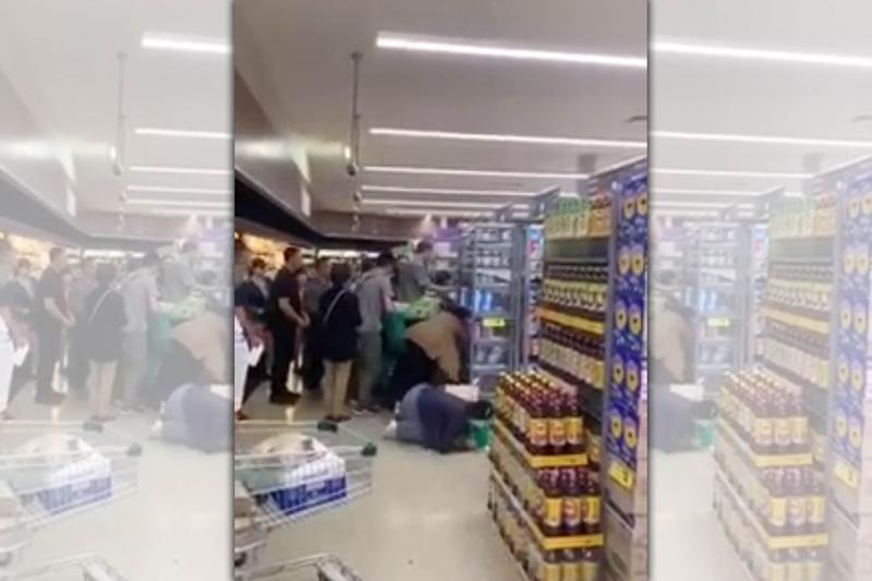 澳洲墨爾本一家Woolworths超市爆發奶粉搶購潮。(翻攝自微博)