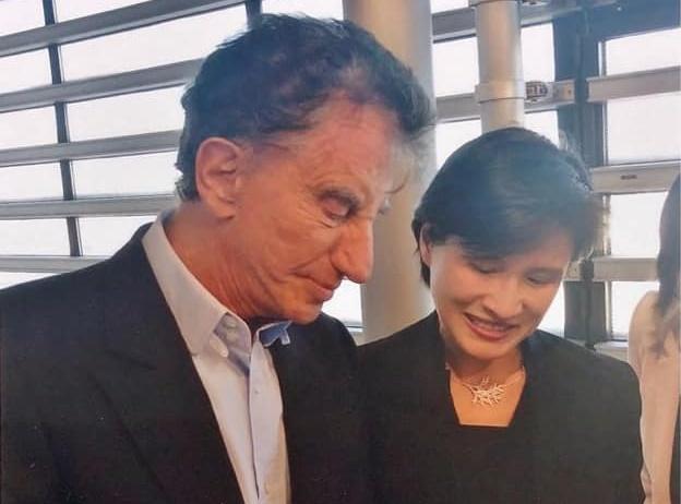 文化部長鄭麗君(右)表示,總辭後將離開政府團隊,重新回到民間。(取自鄭麗君臉書)