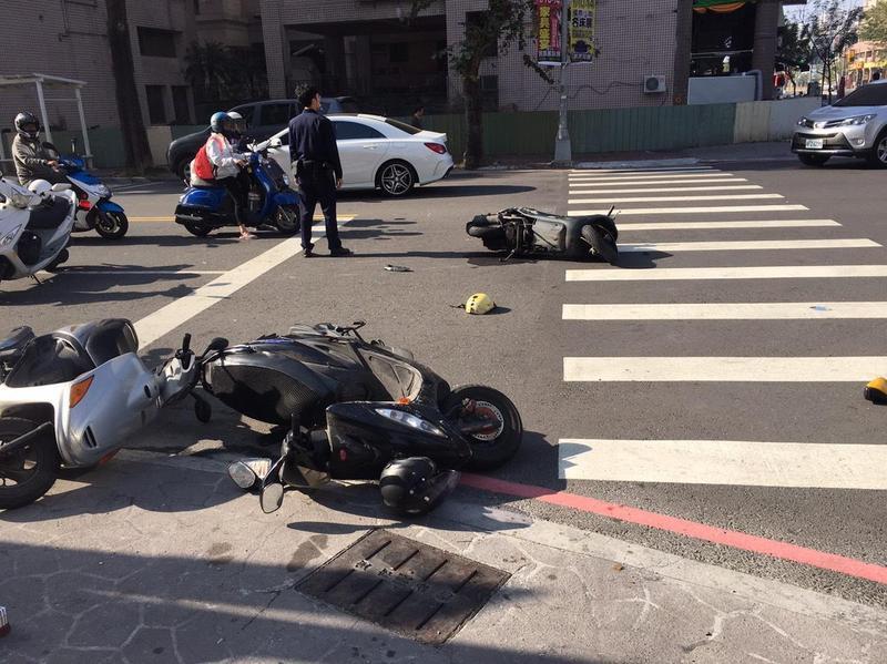 5輛機車停等紅燈無辜遭暴衝小黃衝撞,所幸騎士只受到擦傷、挫傷。(警方提供)
