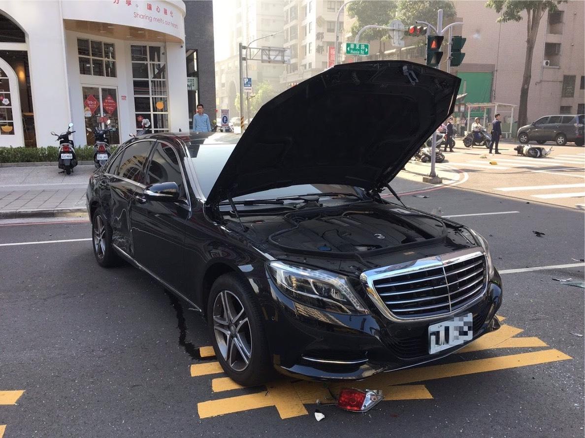 價值400多萬的賓士車被暴衝的小黃猛撞,車體變形、玻璃碎裂,受損情形相當嚴重。(警方提供)