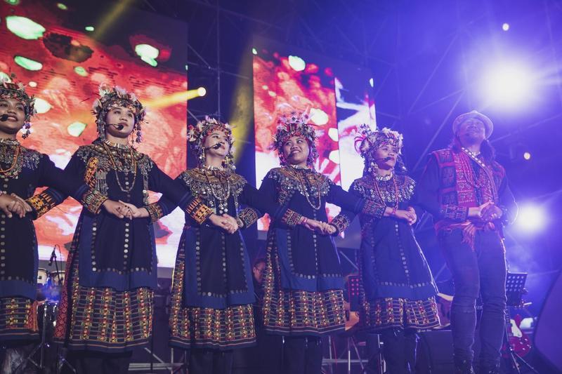 泰武古謠傳唱在「世界音樂節@台灣」帶動全場氣氛,今年還成為首支受邀WOMAD音樂節演出的台灣團體,官方網站也提前宣傳介紹。(風潮提供)