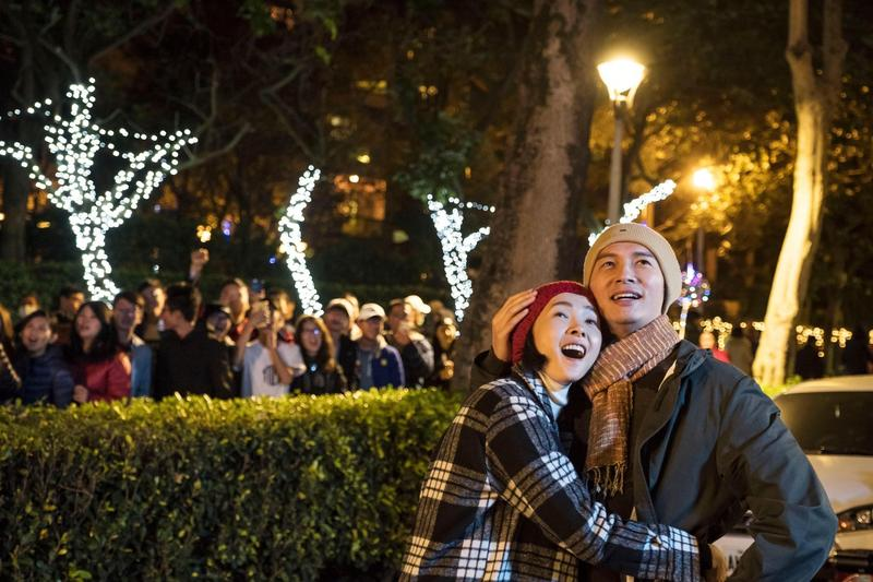 《雙城故事》去年在台北跨年晚會取景,在101大樓前公園曾珮瑜跟溫昇豪留下經典畫面。(民視提供)