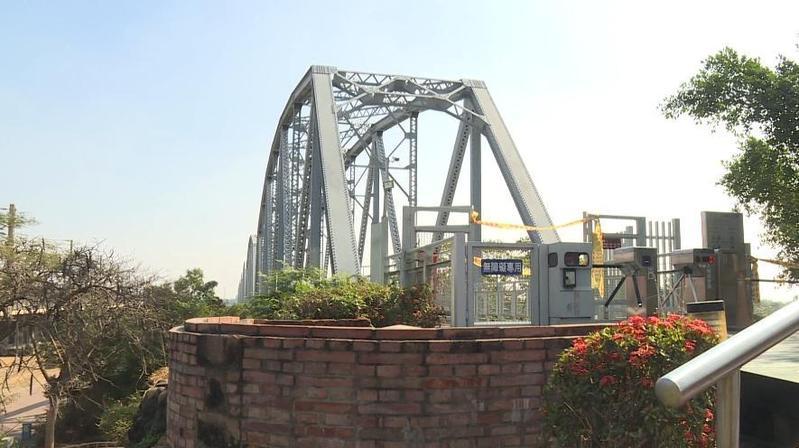高雄知名觀光景點舊鐵橋,10號晚間驚傳有人上吊輕生,幕後真相竟是長照悲劇。(警方提供)