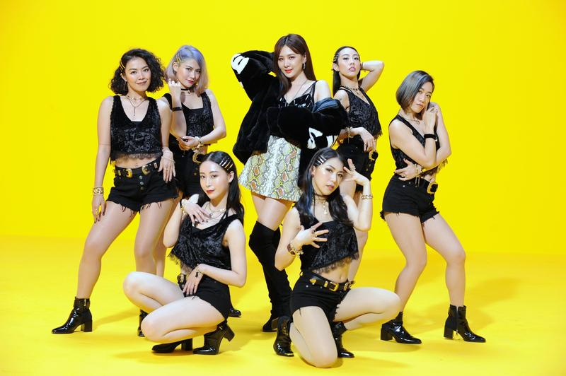 安心亞11日推出新歌〈Chillaxing〉,拍MV時搞怪入鏡打造ㄎㄧㄤ時尚概念。(環球提供)
