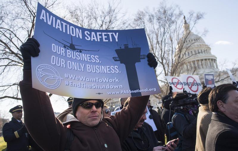 包括航管人員在內的聯邦雇員,10日在華府抗議政府關門。(東方IC)
