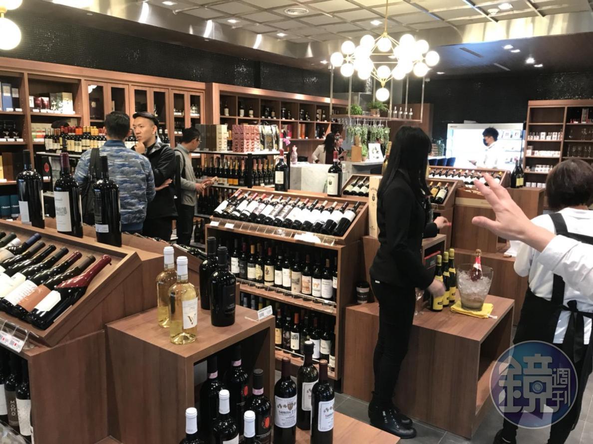 超市酒區獨立規劃,提供葡萄酒、清酒和烈酒等。