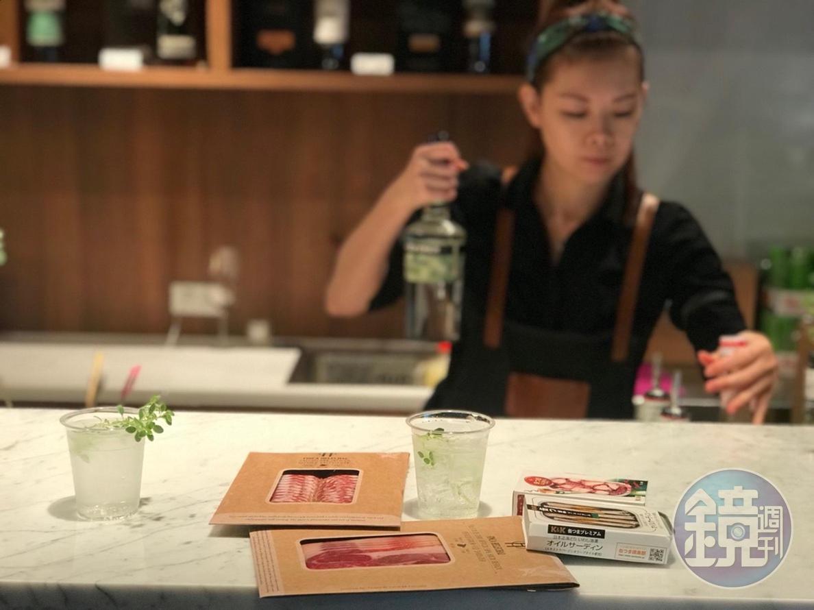 酒吧區提供單杯紅白酒、調酒。