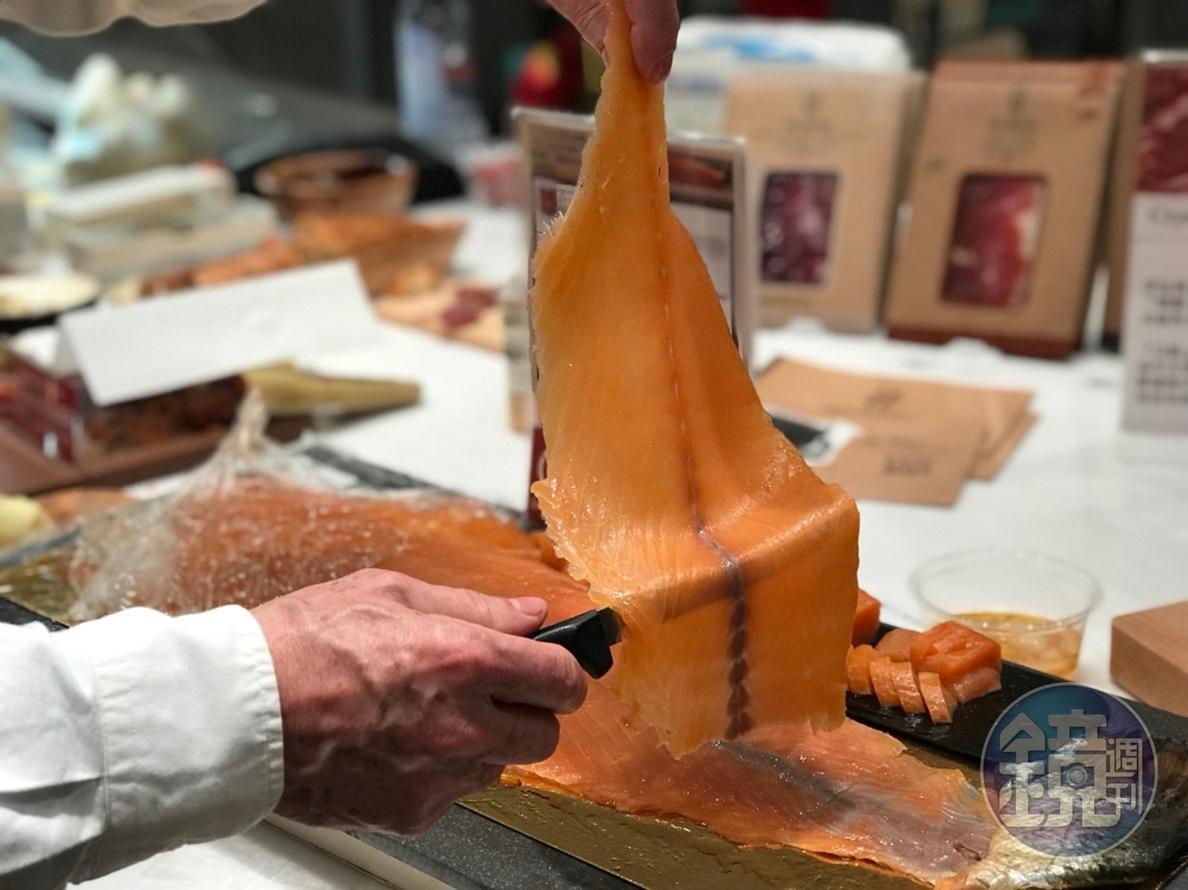 專人現切的「野生燻鮭魚」脂潤鹹香。