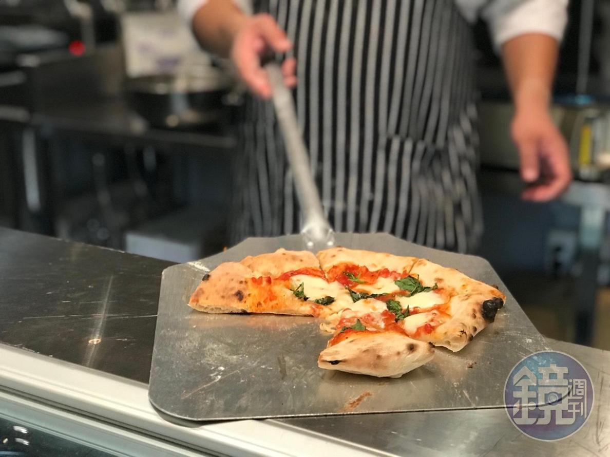 熟食區剛出爐的PIZZA,熱騰騰香噴噴。