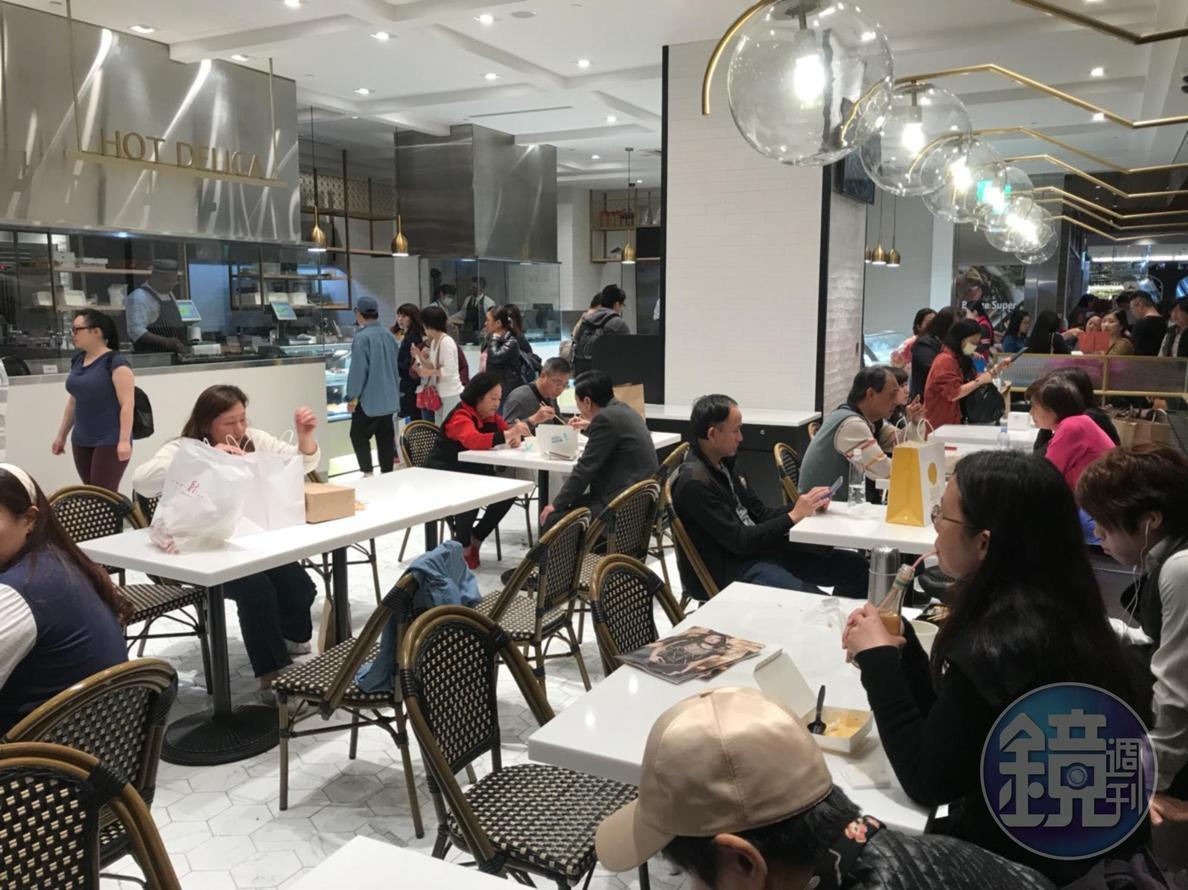 熟食區旁的座位區,開放現買現吃。