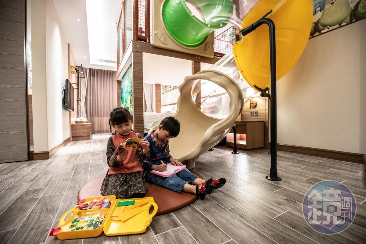 親子客房內特別增設小孩們最愛的溜滑梯、球池和玩具。