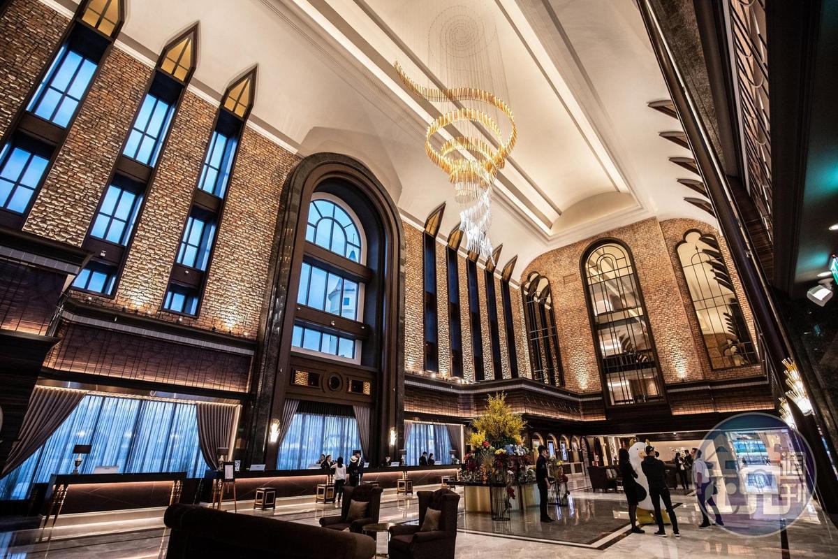 氣勢十足的城堡大廳,3千萬打造、純手工燒製的水晶燈,與杜拜歌劇院同等級。