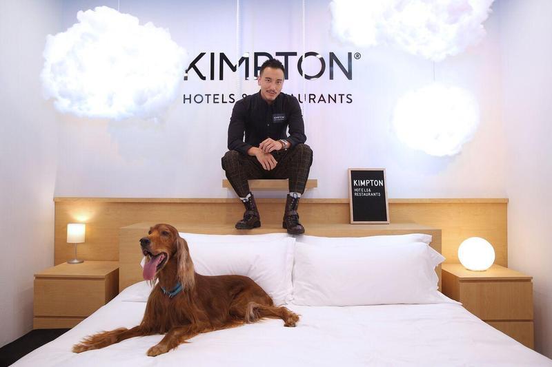 王陽明帶著「寵物大使」一同為酒店品牌站台。(金普頓提供)