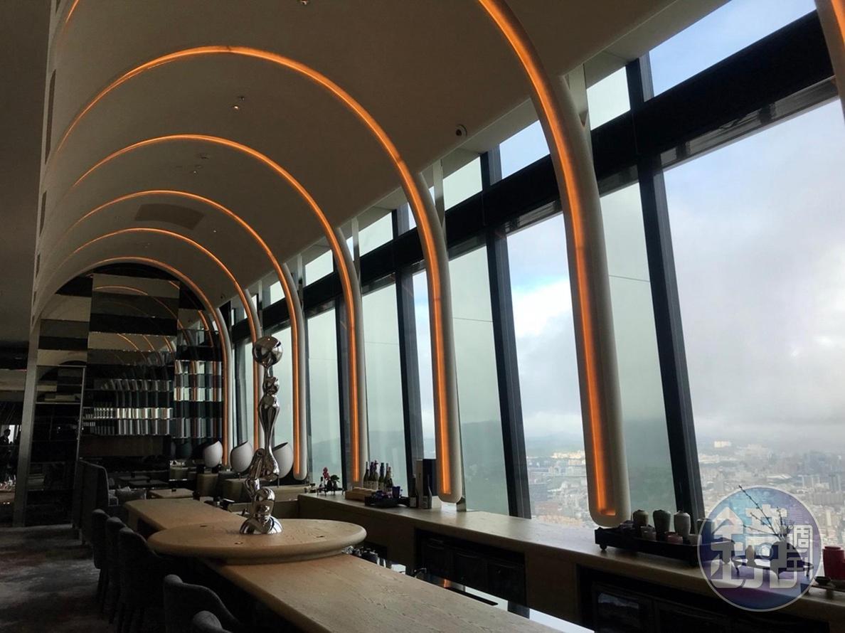 餐廳靠窗位置,能看到象山美景。