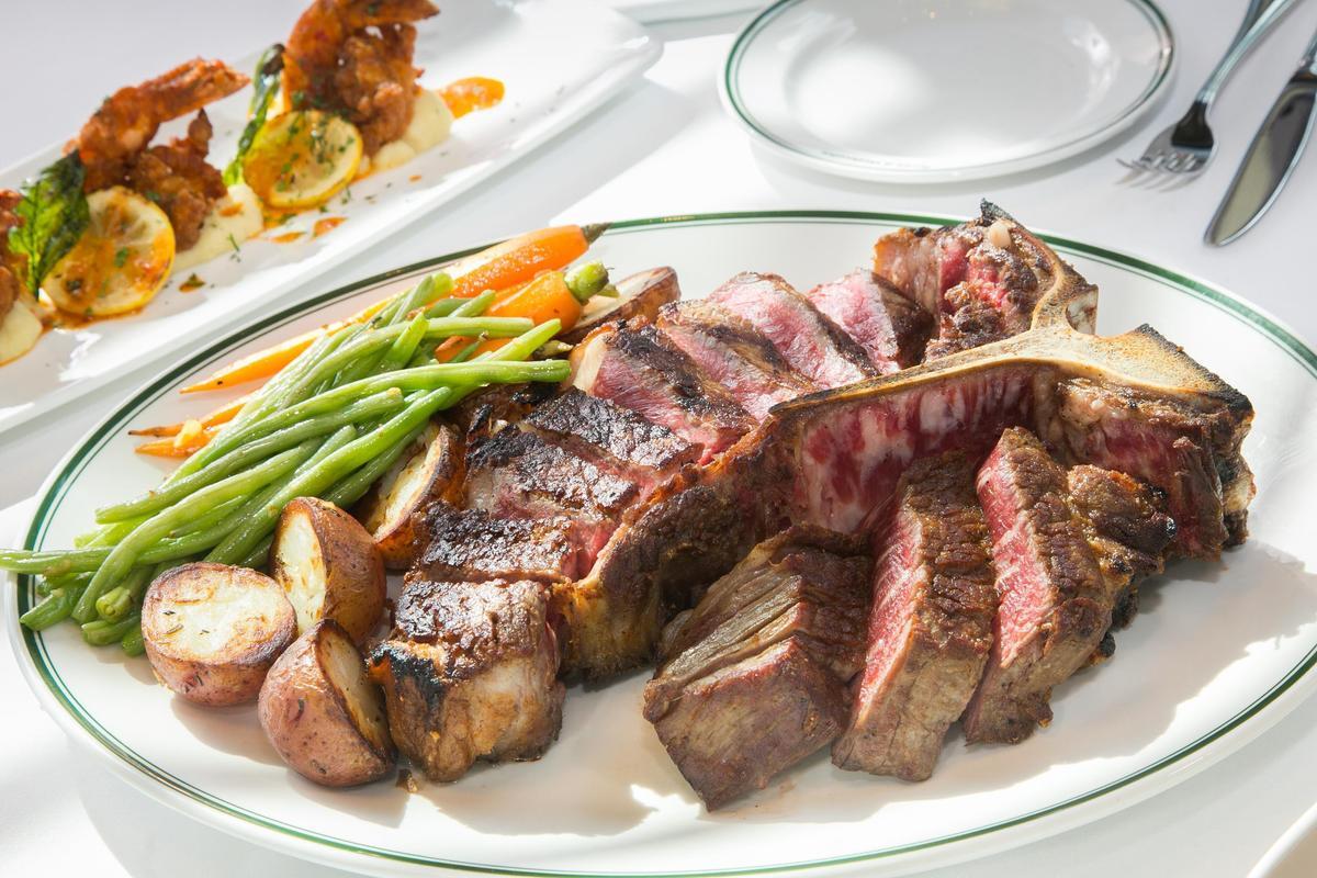「乾式紅屋牛排46oz」可品嘗到紐約客與菲力兩個部位,富嚼勁的紐約客可嘗到肉的原始風味,菲力外酥內軟。7,680元/份。(圖片由Smith & Wollensky台北店提供)
