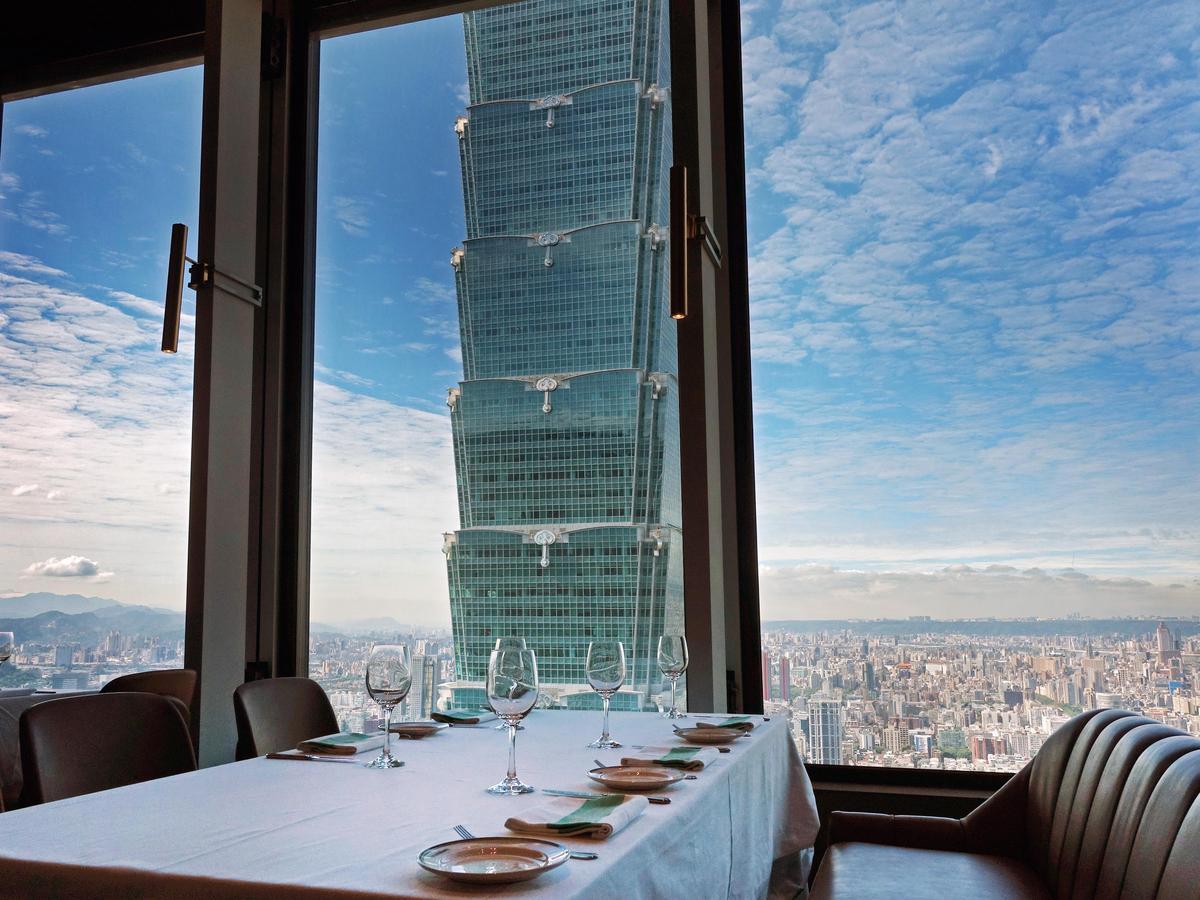 挑高4米的玻璃帷幕,讓客人有無邊際的極佳視野,放眼望去,台北101盡收眼底。(圖片由Smith & Wollensky台北店提供)