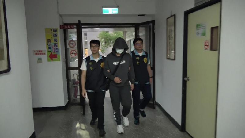 吳嫌搶警車後逃亡17小時,今(11日)下午在律師陪同下投案。(翻攝畫面)