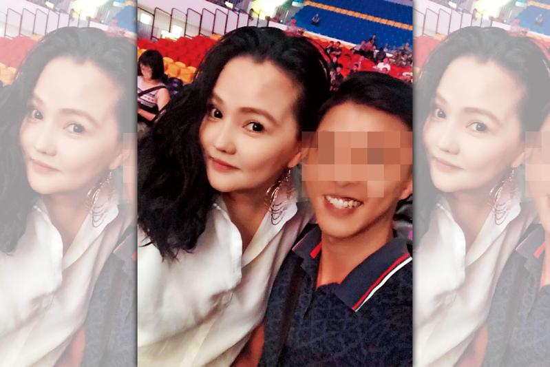 胡嘉嘉(左)爭議頗多,常在臉書秀出她與名人的合照。(翻攝胡嘉嘉臉書)