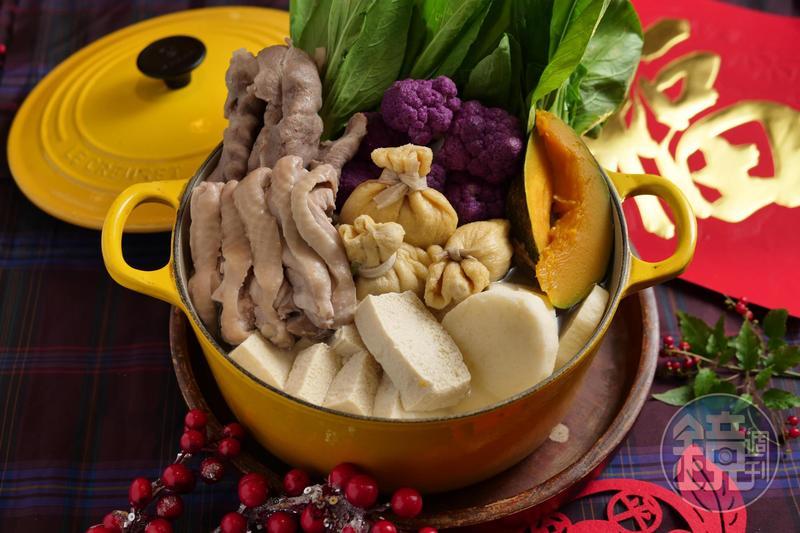 熱騰騰的雞湯火鍋搭配肥腴有重量的白酒,這樣的年菜搭酒安全過關。