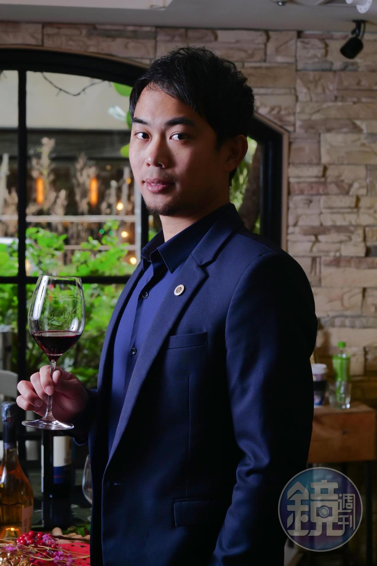 「50/45 Winehaus」創辦人陳笑軒(Alex)是貼心的侍酒師,總能適切回應客人需求建議選酒。