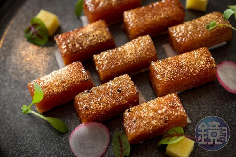 「焦糖烏魚子」過年升級,撒上金粉與砂糖炙燒,鹹香心軟,如軟糖。(1,900元起/份,需3天前預訂)